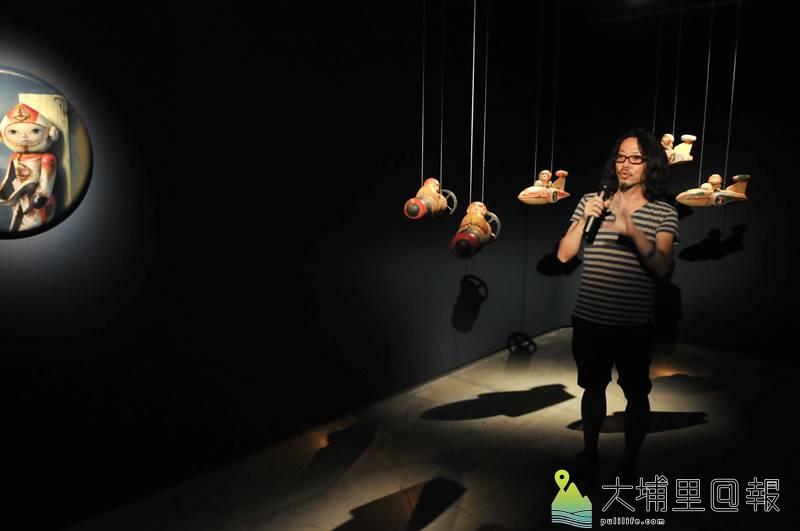 草屯鎮毓繡美術館《帶我去月球》展覽,新銳藝術家唐壽南藉由陶土、釉鐵捏製太空男孩,踏上挑戰想像的航程。(柏原祥 攝)