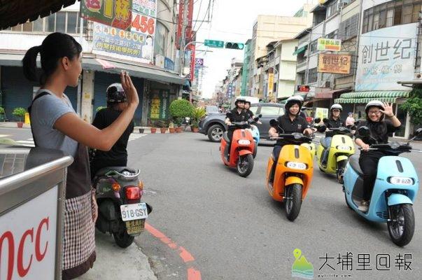 Gogoro電動機車租賃公司在埔里鎮舉辦試乘活動,Feeling18員工先行試乘,沿途受到攤商歡迎。(柏原祥 攝)