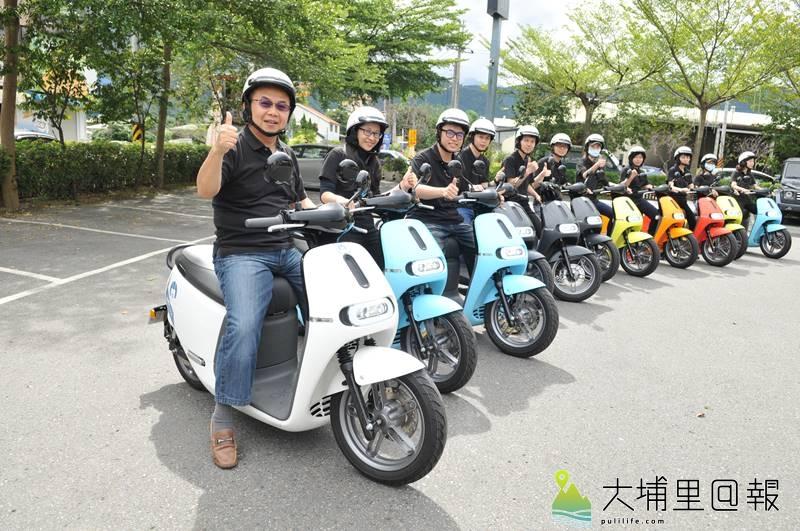 18度C文化基金會董事長茆晉詳(左)帶領Gogoro車隊上街,希望在埔里打造低碳載具友善環境。(柏原祥 攝)