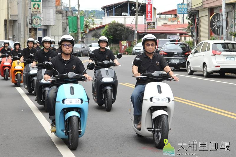 18度C文化基金會董事長茆晉詳(右)帶領Gogoro車隊上街,希望在埔里打造低碳載具友善環境。(柏原祥 攝)