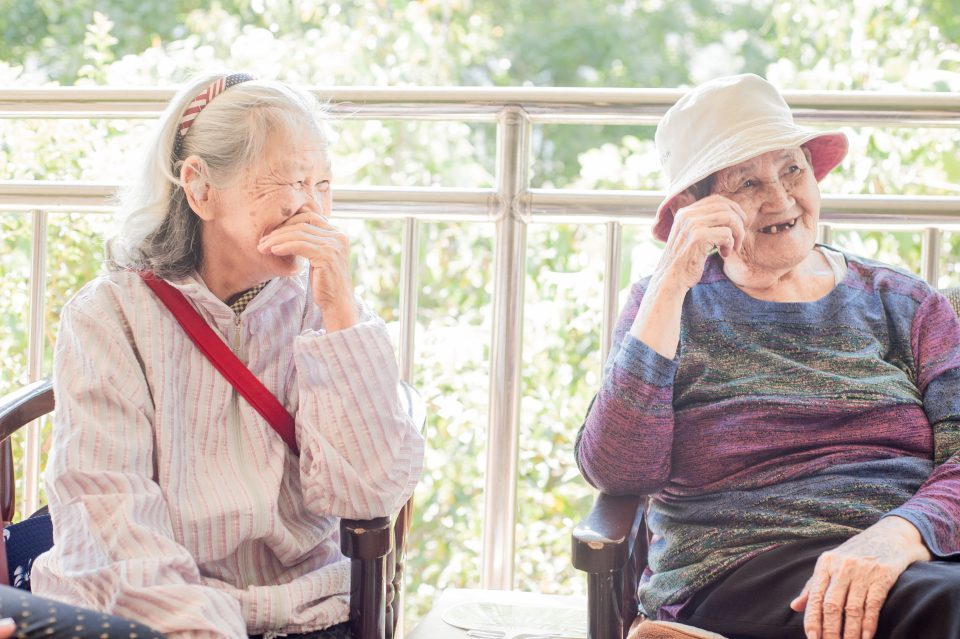 Labai·Bugua奶奶(右)見到多位老友來訪,喜樂開心
