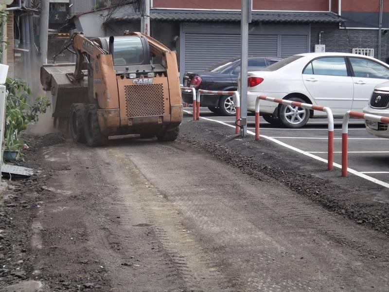 埔里鎮近3個月密集施做「道路改善」工程,但埔里鎮民代表何惠娟指出,許多路況良好的道路一樣刨除、重鋪,根本浪費公帑。