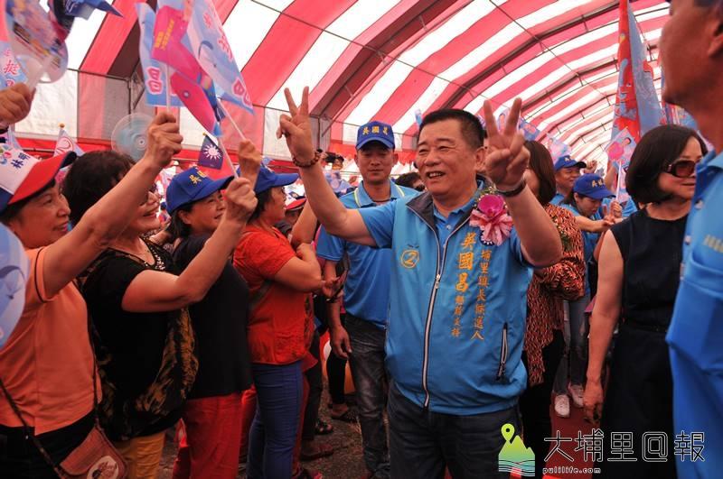 埔里鎮長候選人吳國昌競選總部成立,入場時受到支持者熱烈歡迎。
