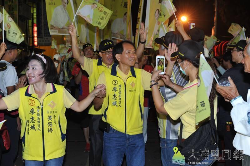 埔里鎮長候選人廖志城競選總部成立,競選團隊入場時,受到支持者熱烈的歡迎。