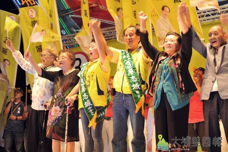 埔里鎮長候選人廖志城在競選總部成立大會上偕同家人,接受支持者的歡呼。