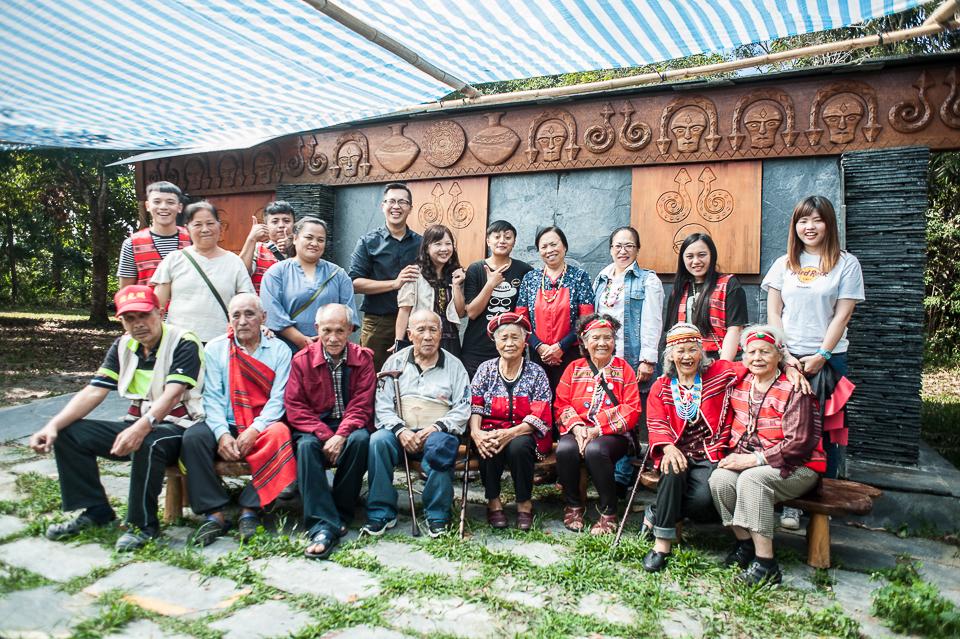 原鄉家托團隊、長者到訪暨大排灣族石板屋,與原專班團隊合影(全葛俊良攝)