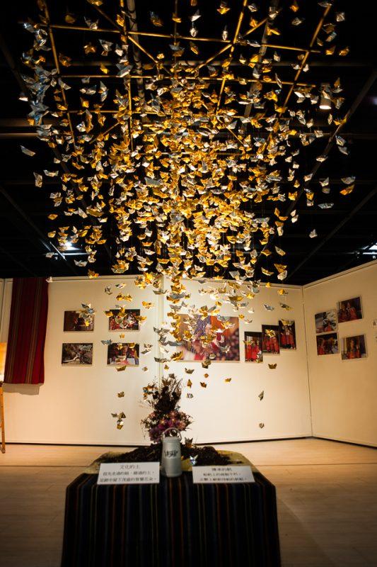 「長長的影」攝影展意象:紙船象徵長者傳統知識傳承(張智凱攝)