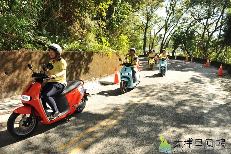 鎮民試騎Gogoro電動車上虎頭山,爬坡過程輕鬆,馬力、扭力與一般125CC機車幾乎沒什麼差別。