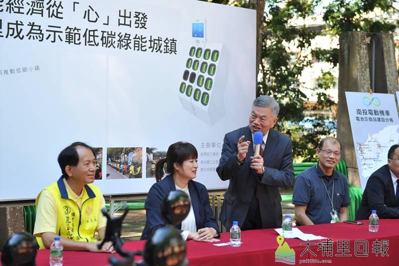 經濟部長沈榮津(站者)在縣議員廖志城、立委蔡培慧邀請下,至地理中心碑宣佈將促成埔里成為示範低碳綠能城鎮。