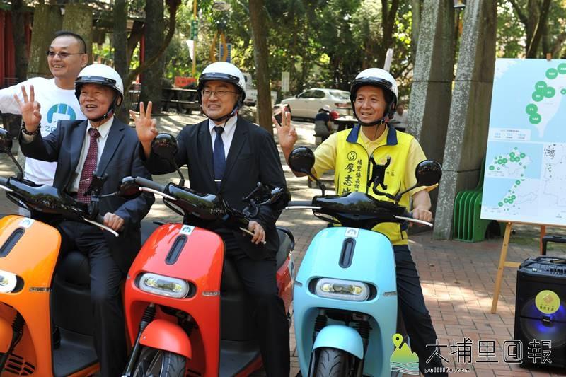 埔里鎮長候選人廖志城(右)積極推廣綠能載具,促成經濟部、工業局允諾協助埔里成為示範低碳綠能城鎮。