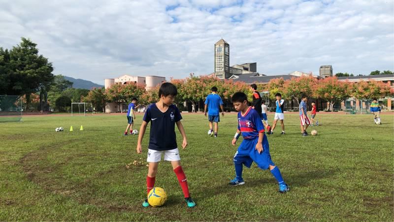 宏仁國中操場經常有小小足球隊員練球。