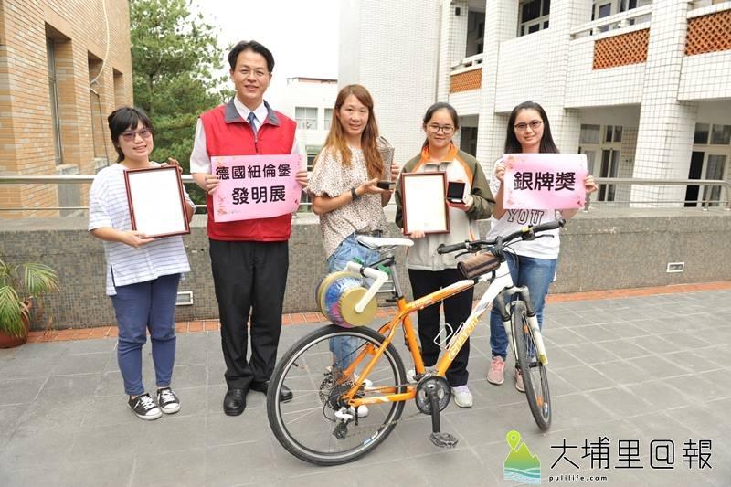 暨大附中3年級同學簡詩婷(右二),在老師駱奕帆(右三)開設的啟動創造力課程指引下,發明自行車洗衣裝置,並獲得德國紐倫堡發明展銀牌。(柏原祥 攝)
