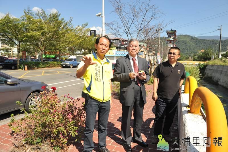 南投縣議員廖志城(左)邀請經濟部長沈榮津(中),針對杷城排洪道整治提出建議與規劃。(柏原祥 攝)