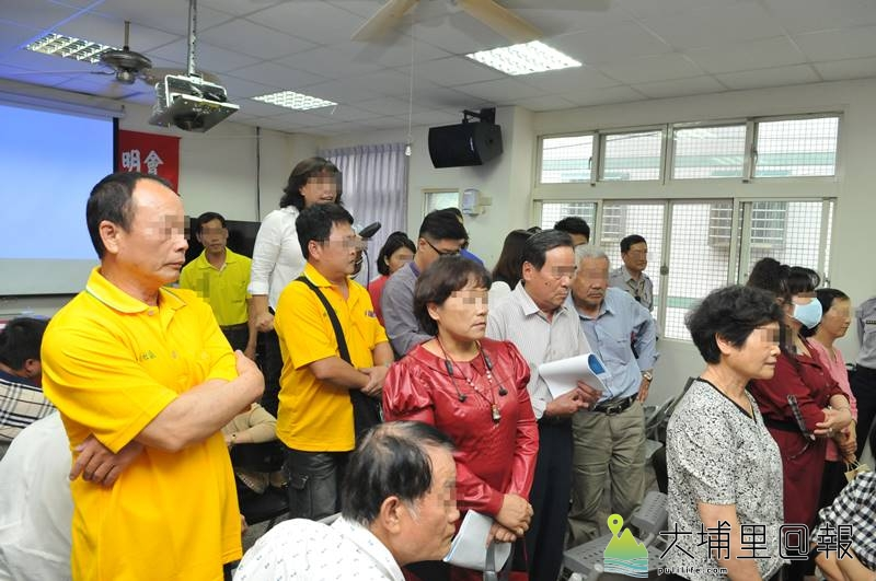 吳姓鎮民代表播放跳剪後製的質詢影片,挑撥蜈蚣里反殯儀館里民,遭到里民背對抗議煽動。