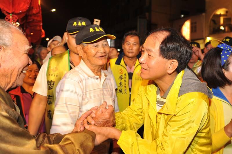 南投縣議員廖志城當選埔里鎮長,支持者與他熱烈握手,祝賀他當選。(柏原祥 攝)