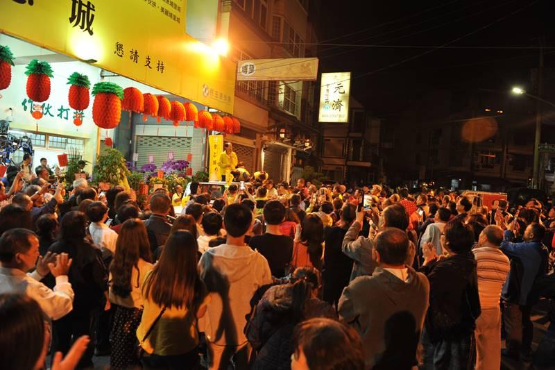 南投縣議員廖志城當選埔里鎮長,他與家人站在宣傳車上謝票演講,現場千名支持者到場祝賀。(柏原祥 攝)