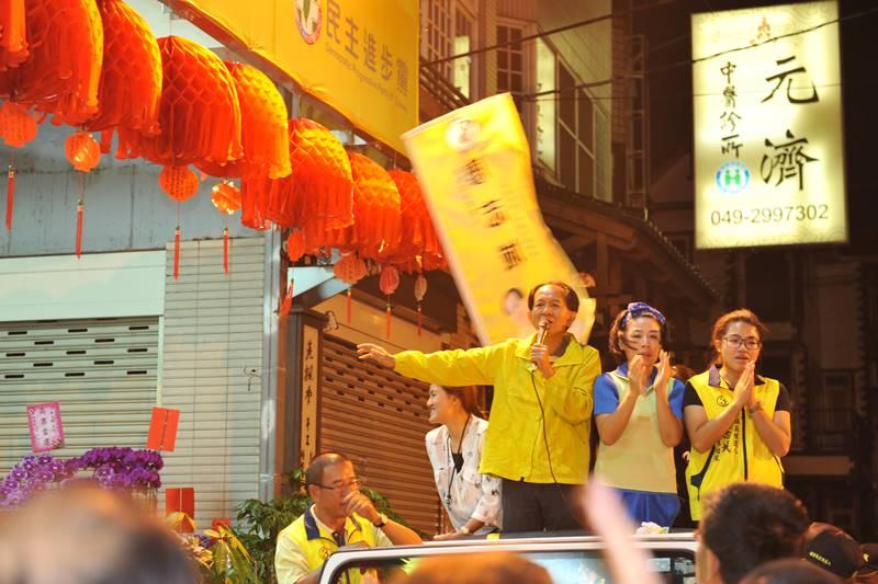 南投縣議員廖志城當選埔里鎮長,他與家人站在宣傳車上謝票演講,表示不分藍綠,一起為埔里未來的發展作伙打拚。(柏原祥 攝)