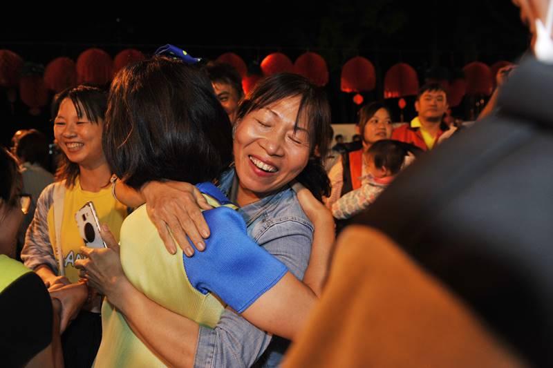 南投縣議員廖志城當選埔里鎮長,支持者熱烈擁抱廖志城的妻子黃鈺婷。(柏原祥 攝)