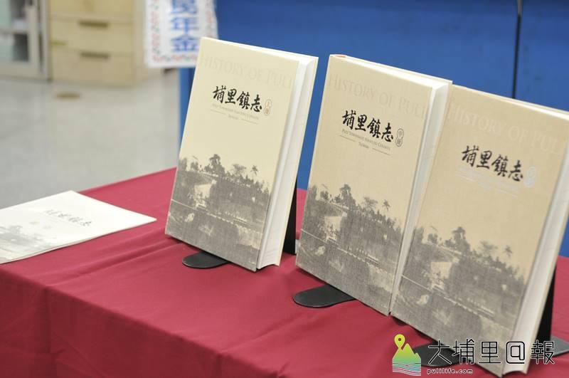 埔里鎮長周義雄發表埔里鎮志,3大冊目錄重複、且納入許多網路即查得到的報表,被鎮民質疑嚴重灌水。(柏原祥 攝)