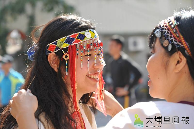翁勤雯以生動的筆觸,詳實的田調,出版噶哈巫族過年故事繪本,圖為族人為她妝點頭飾。(柏原祥 攝)