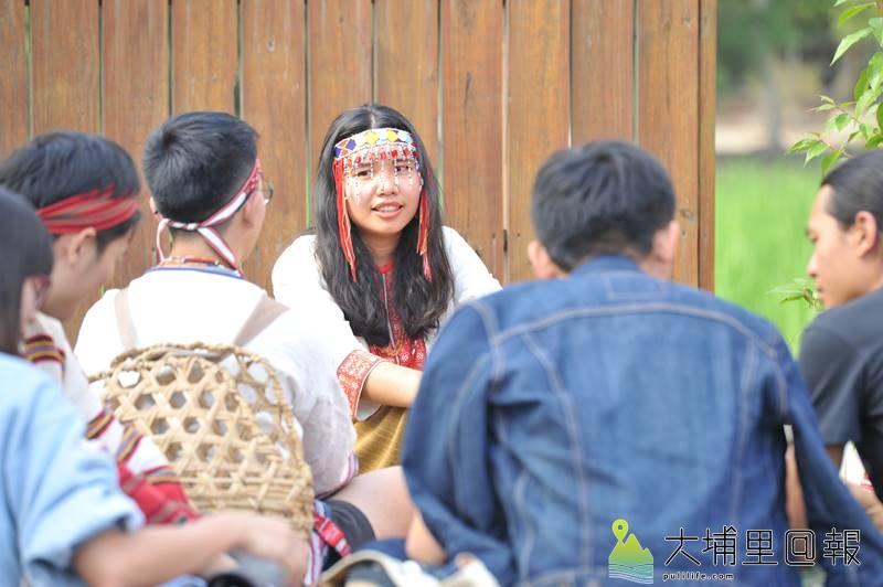 翁勤雯以生動的筆觸,詳實的田調,出版噶哈巫族過年故事繪本,圖為她與族人吟唱aiyan古調。(柏原祥 攝)