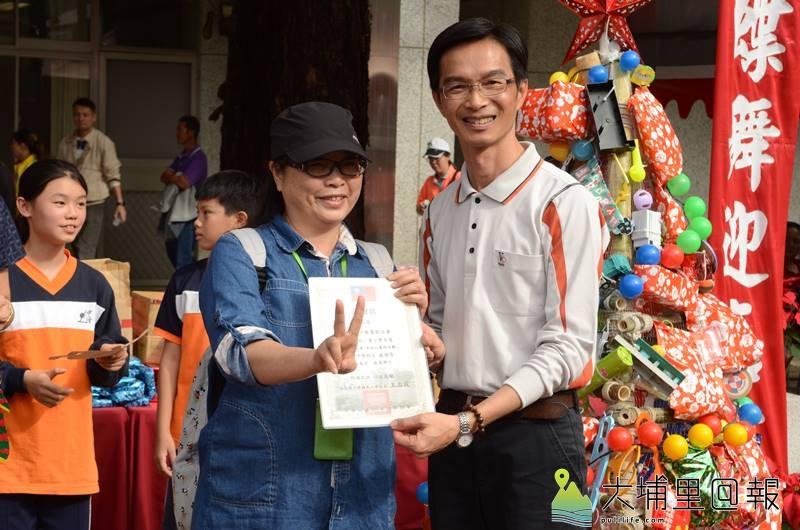 玩具博物館秘書長余良玲(左)接受中峰國小的表揚,右為校長王志成。(柏原祥 攝)