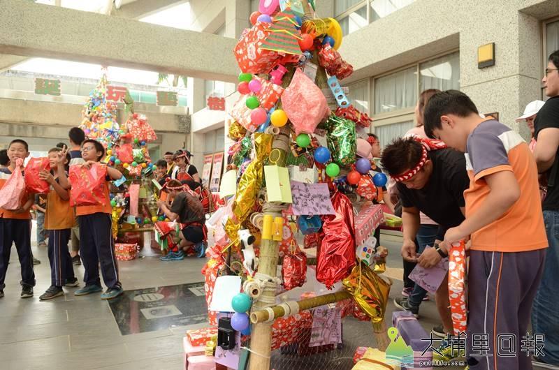 高達3層樓的玩具耶誕樹矗立在中峰國小,小朋友完成集點卡,開心換二手玩具。(柏原祥 攝)
