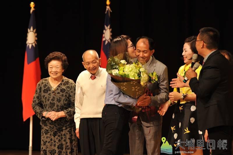 新任埔里鎮長廖志城於藝文中心舉辦交接典禮,家人獻吻恭賀。(柏原祥 攝)