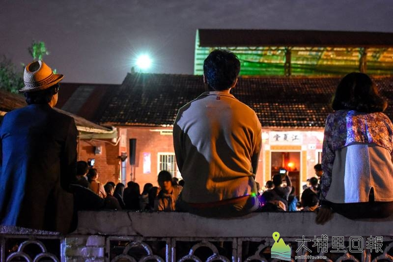 「草根劇團」在籃城社區三合院前演出《冬至圓》,讓觀眾回味古早農村團圓的情境。(圖/穀笠合作社提供)