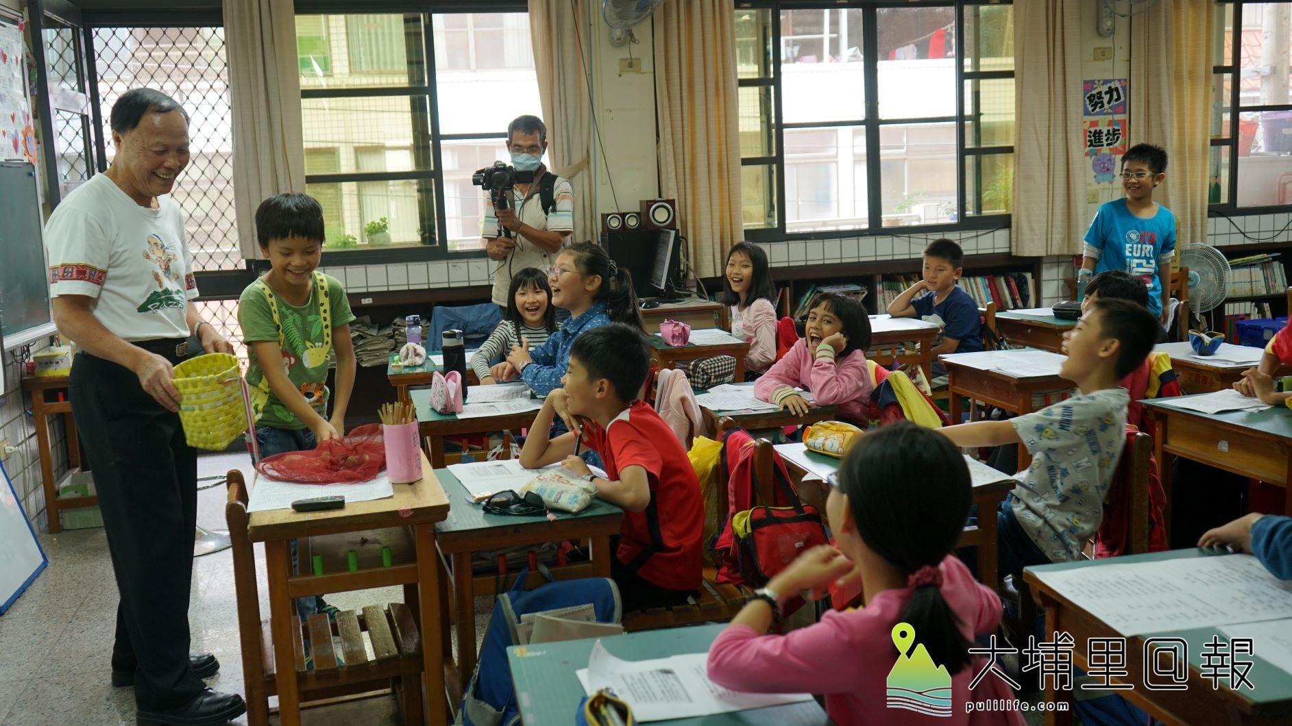 巴宰族長老潘文輝(左一)以生動活潑的方式,讓孩子用身體演繹族群傳說故事。(唐淑惠攝)