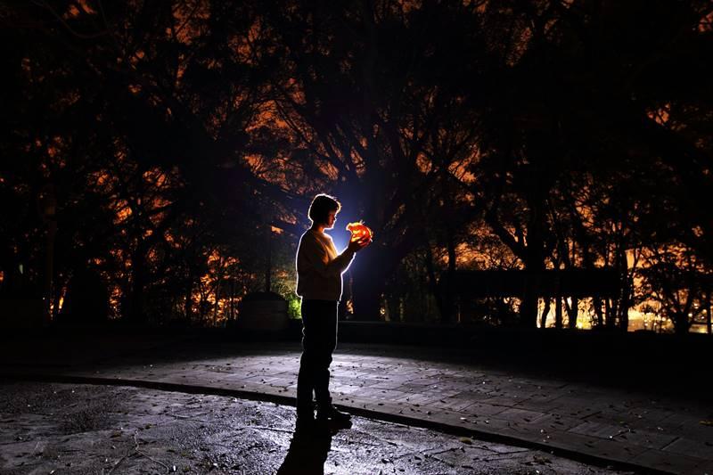 埔里逐燈祭鼓勵鎮民提著小豬燈籠,戴著動物面具到虎頭山森林裡尋寶。(圖/陳巨凱提供)