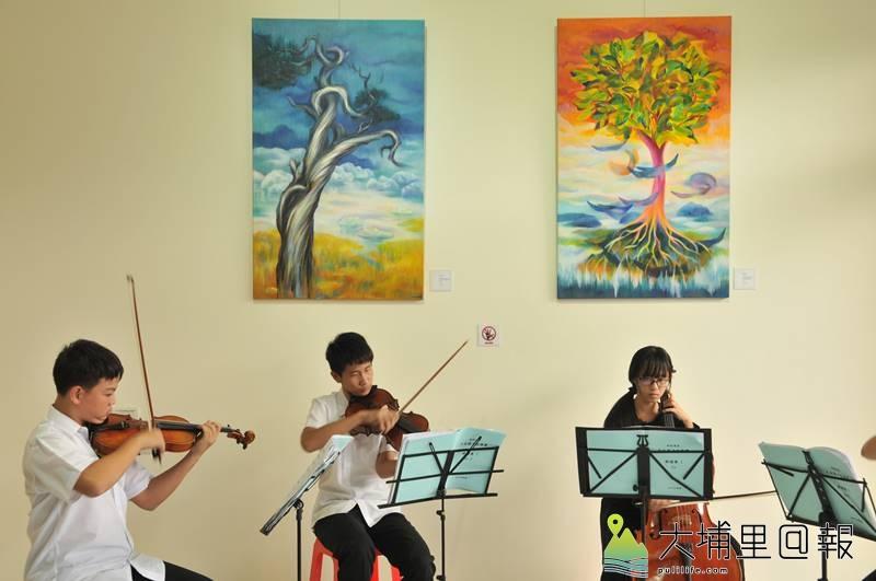 「呼‧吸」石鈴個展在埔里鎮大湳重劃區新建案展出,大成國中弦樂團獲邀表演。(柏原祥 攝)