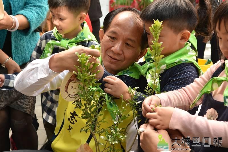 埔里鎮公所舉辦育樹季系列活動,要募集百組「愛種樹小天使」,要把埔里的樹種回來,兌現鎮長廖志城競選期間的承諾。(柏原祥 攝)