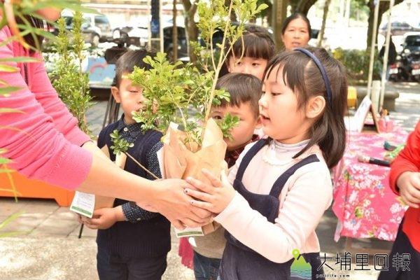 埔里鎮公所舉辦育樹季系列活動,要募集百組「愛種樹小天使」,做好鎮內的綠美化,小朋友獲得了第一批「一起愛樹」樹苗。(柏原祥 攝)