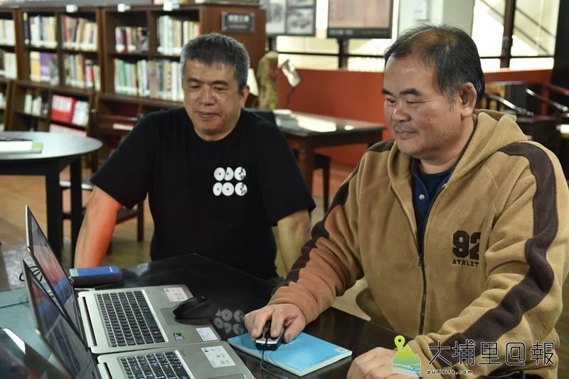 吳金炎(右)運用他影像後製的專長,還原埔里黑白老照片成為彩色,而圖書館員陳義方(左)則提供考據,兩人合作,讓黑白老照片回到過去的場景。(柏原祥 攝)
