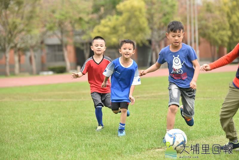 埔里鎮踢足球的風氣逐漸打開,宏仁國中草皮綠地經常可見孩子在踢足球。(柏原祥攝)