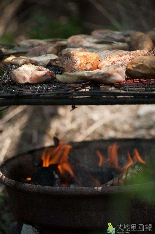 羅娜家托為長者準備烤肉,長者享用記憶中的味道-張智凱攝