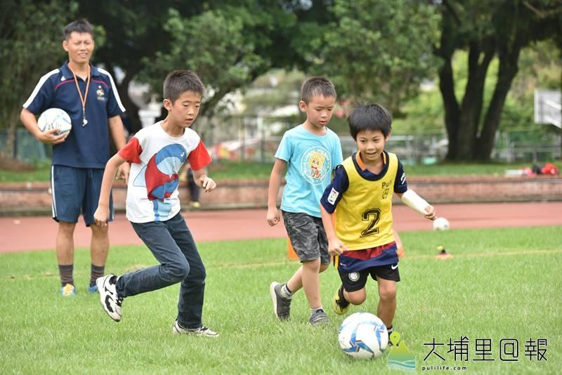 埔里足球風氣愈來愈興盛,經常看到校園草皮有小朋友在踢球。(柏原祥 攝)