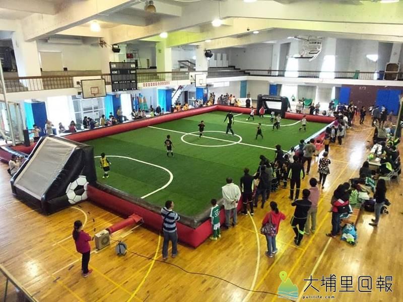 迷你足球以人工草皮氣墊打造安全遊戲競賽的賽場,將在埔里國小登場。(圖/南投足委會提供)