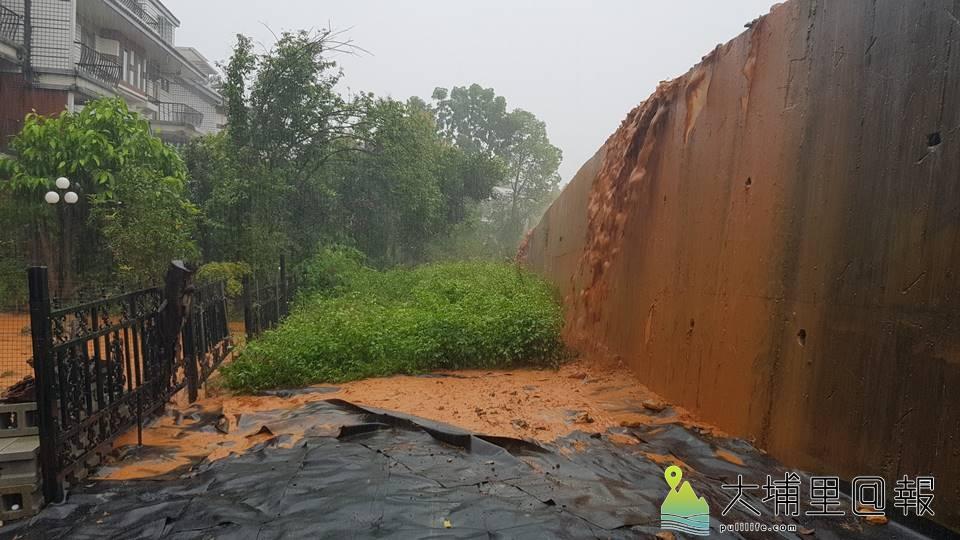 埔里鎮新埔里鎮社區住戶遭泥水入侵,住戶指出,珠仔山大型住宅開發建案未做好水保是造成災害的禍首。(圖/民眾提供)