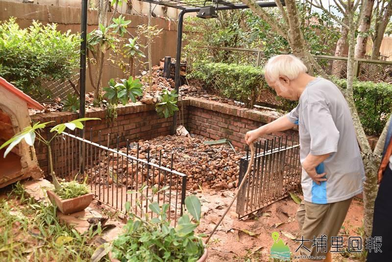 珠仔山新埔里鎮社區發生泥水灌進社區災害,知名水彩畫家孫少英自宅的花園也被泥沙所覆蓋。(柏原祥 攝)