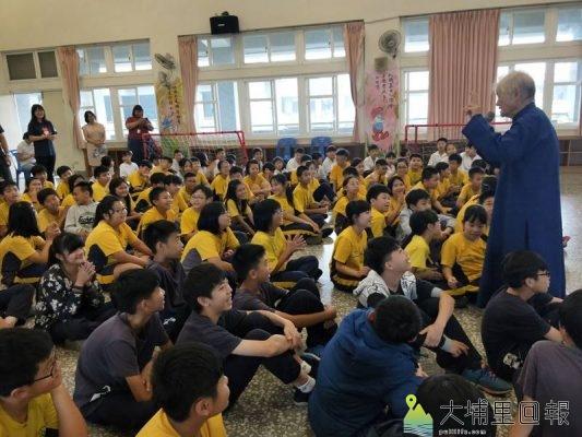 良顯堂基金會至大成國小推動「我是誰─巡迴列車職涯講座」,基金會創辦人陳綢阿嬤向學童講故事。(許家瑛 攝)
