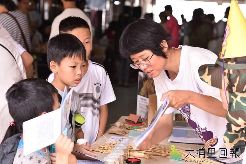 「山城好日、有鄰真好」生態城鎮日在埔里鎮鬧區封街舉行,孩子在各個攤位學習生態城鎮相關的知識與理念。(柏原祥 攝)