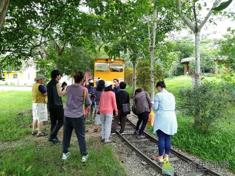 埔里曾有鐵道建設,社大師生在小埔社鐵道公園探訪。(圖/潘樵提供)