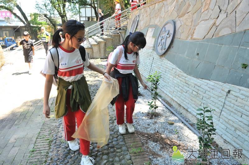 埔里國小畢業生至虎頭山淨山,在離校之前留下鄉土的回憶。