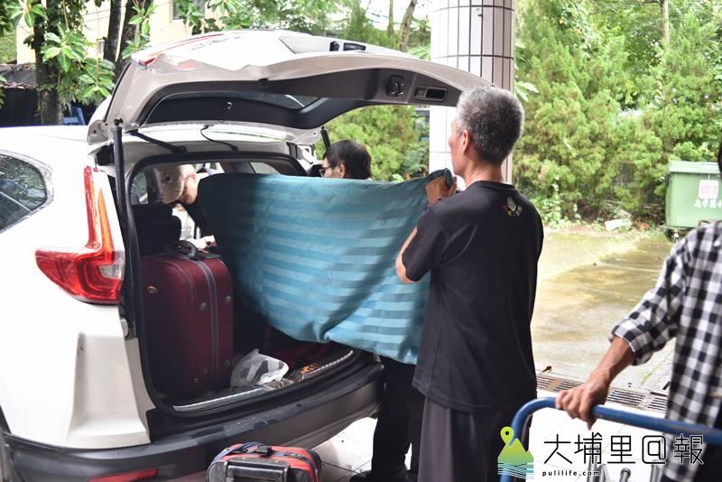 戲偶子劇團至埔里鎮校園巡迴演出,工作人員及道具靠著一部休旅車載運。(柏原祥 攝)