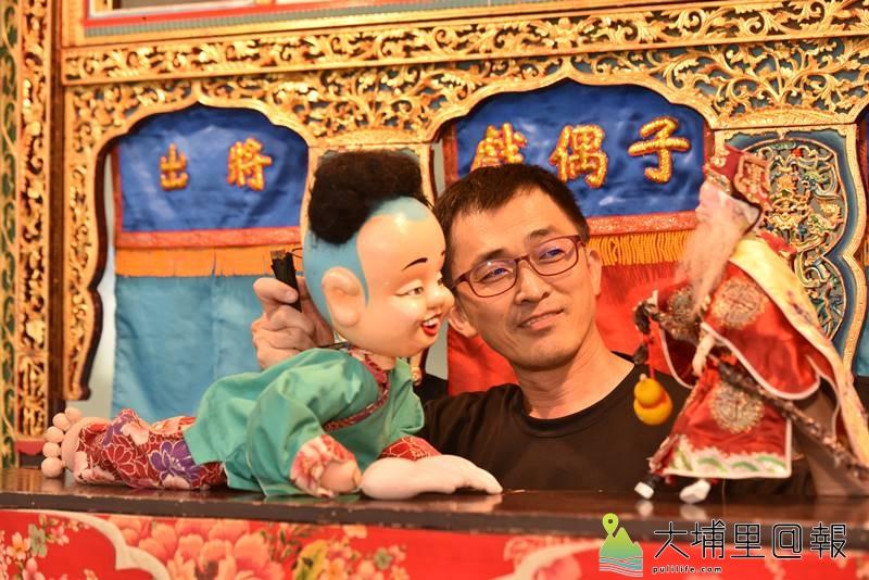 戲偶子劇團至埔里鎮校園巡迴演出,團長邱豐榮有近20年的演出經驗。(柏原祥 攝)