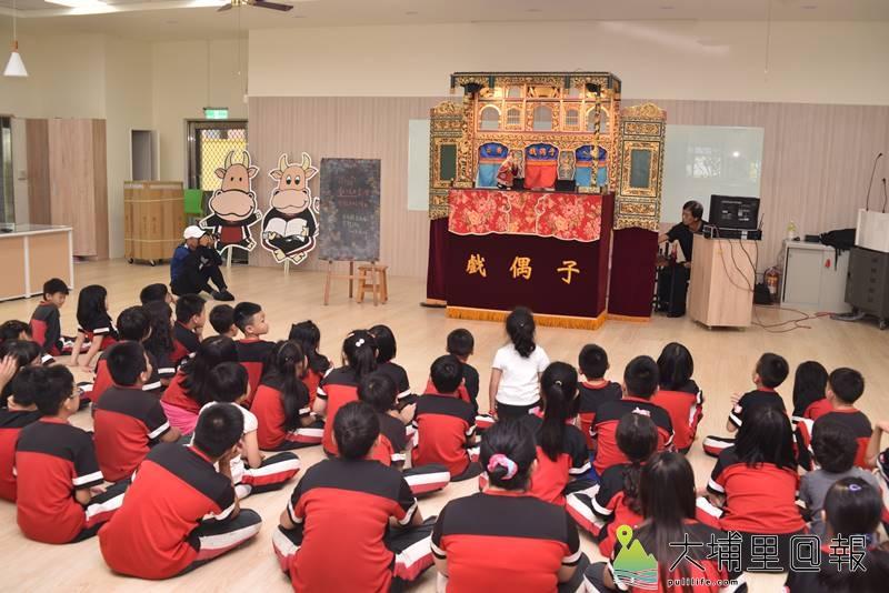 戲偶子劇團至埔里鎮校園巡迴演出,忠孝國小小朋友專注的看表演。(柏原祥 攝)