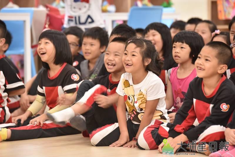 戲偶子劇團至埔里鎮校園巡迴演出,忠孝國小小朋友笑的相當開心。(柏原祥 攝)