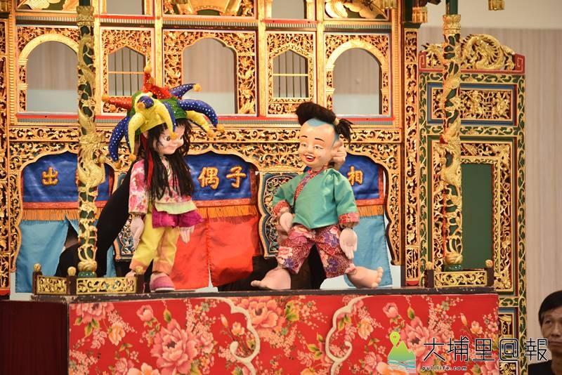 戲偶子劇團至埔里鎮校園巡迴演出,每個台前精彩的喬段,其實是幕後團員心血的結晶。(柏原祥 攝)